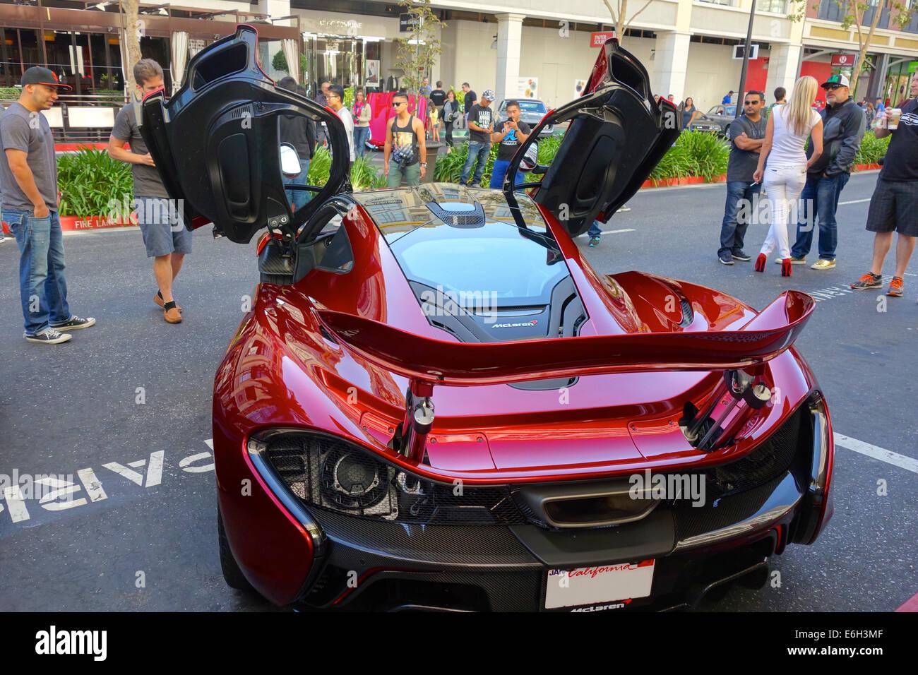 San Jose, California - 23 agosto 2014 una rara 2015 McLaren P1 plug-in hybrid auto parcheggiate al di fuori di un Immagini Stock