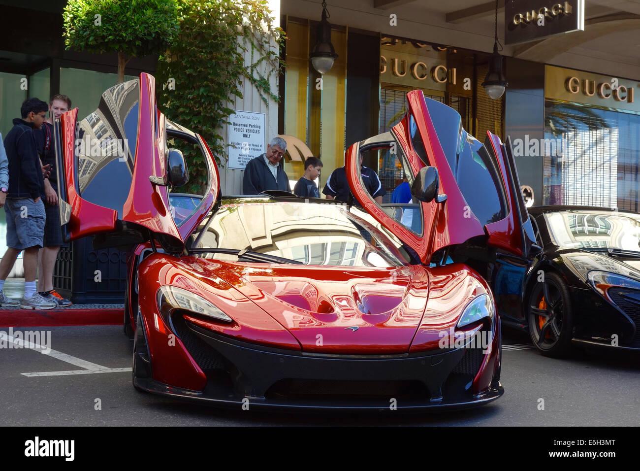 San Jose, California - 23 agosto 2014 una rara 2015 McLaren P1 plug-in hybrid auto parcheggiate al di fuori di un Foto Stock