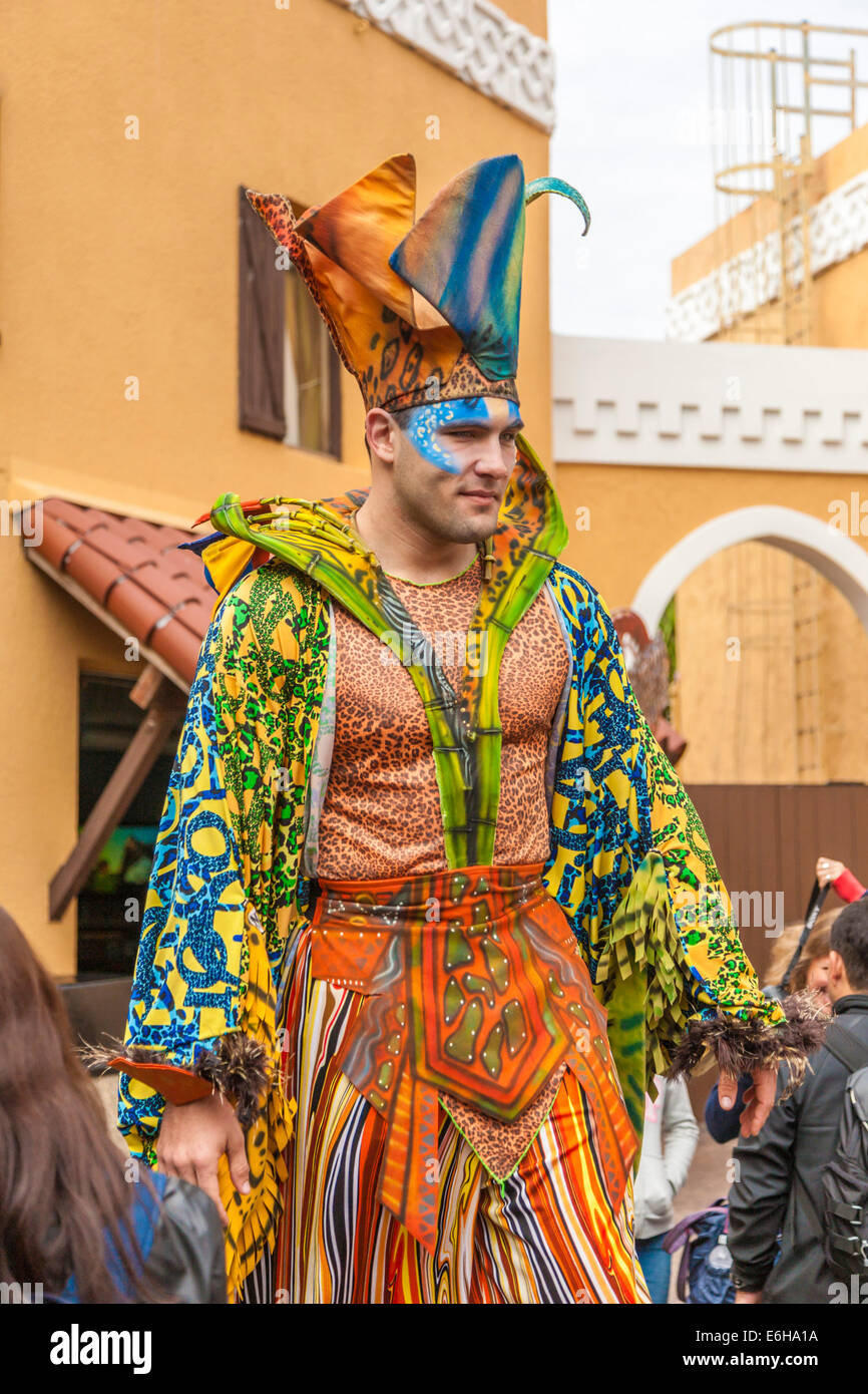 Stilt walker vestito come un buffone nei pressi di ingresso al Busch  Gardens di Tampa 34af981d18b