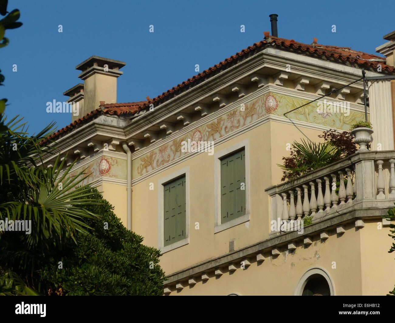 Dettagli ornati in una villa in stile Liberty del Lido - Laguna di Venezia Immagini Stock