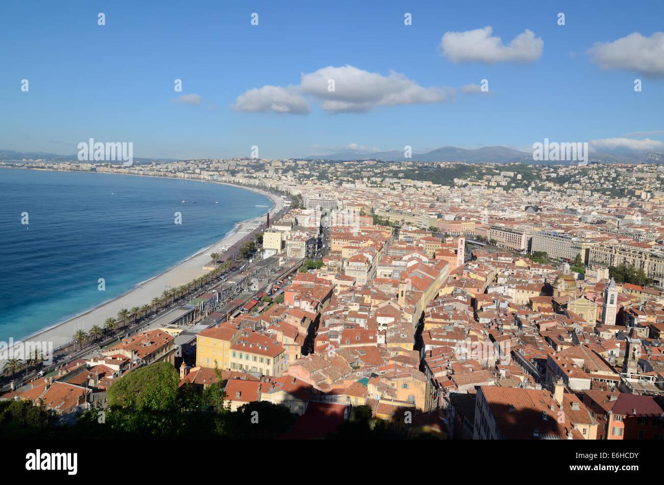 Foto panoramiche o Vista aerea della città vecchia lungo la Promenade des Anglais e dalla città di Nizza Immagini Stock