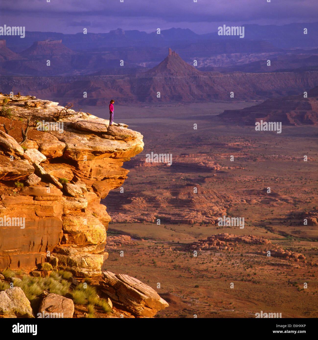 Laurie Brownell (R) in corrispondenza degli aghi si affacciano, il Parco Nazionale di Canyonlands, UT USA Immagini Stock