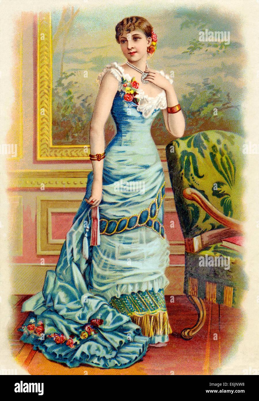 Signora vittoriano 1890 chromolithograph di una elegante signora vestita in su per una serata fuori in un abito Immagini Stock