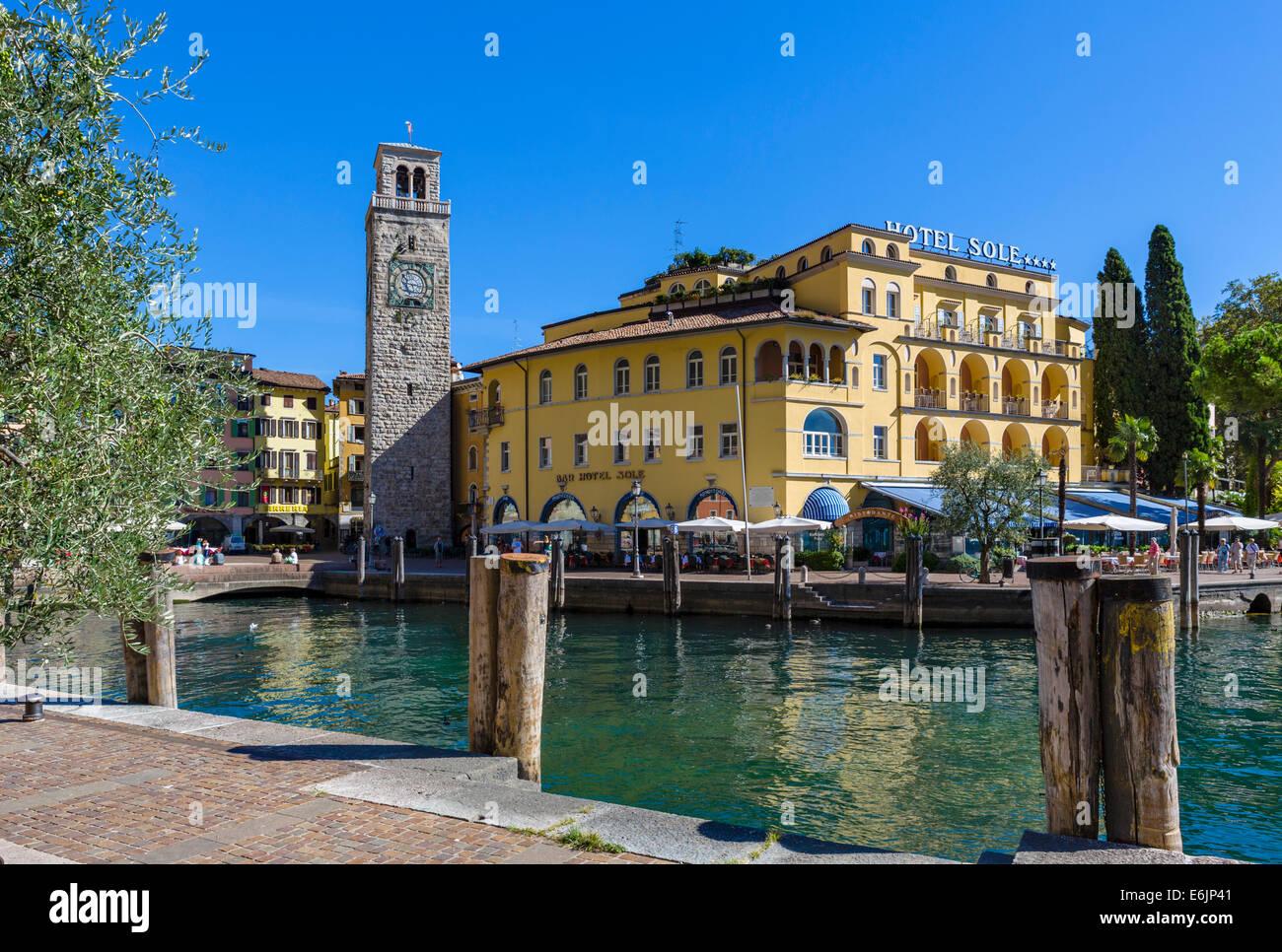 L'Hotel Sole e Torre Apponale dal porto di Riva del Garda sul Lago di Garda, Trentino Alto Adige, Italia Immagini Stock