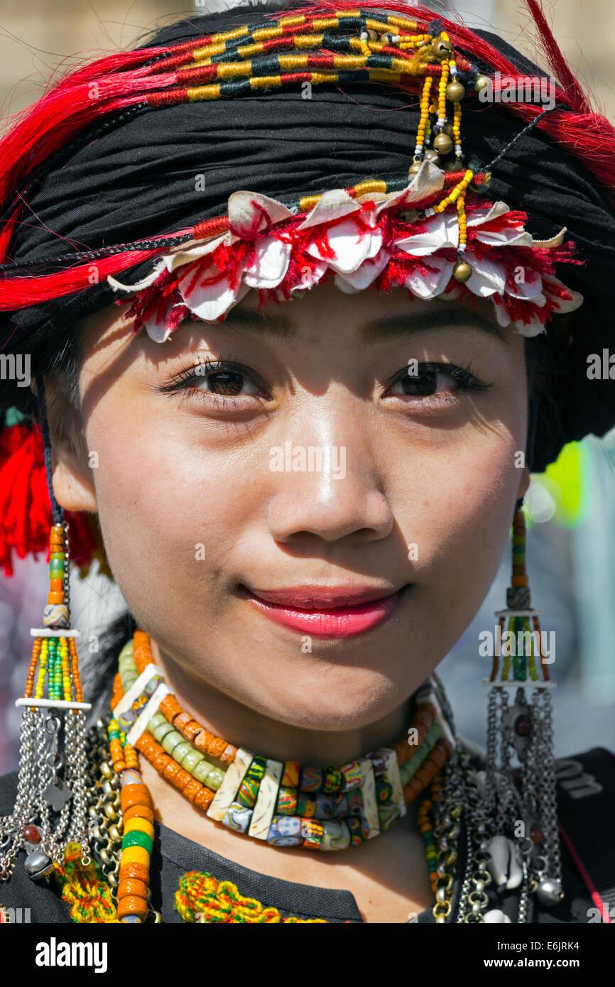 Elemento femmina della Taiwan danza contemporanea gruppo, nel costume nazionale, facendo una street performance Immagini Stock