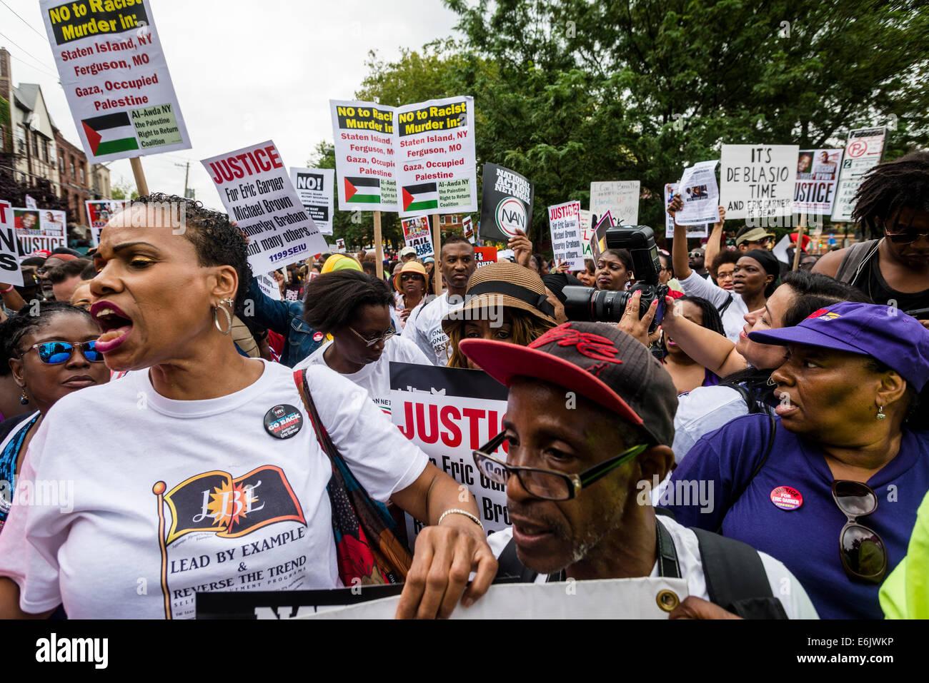 Staten Island NY - Migliaia di persone hanno marciato attraverso Stapleton, per protestare uccisione di Eric Garner Immagini Stock