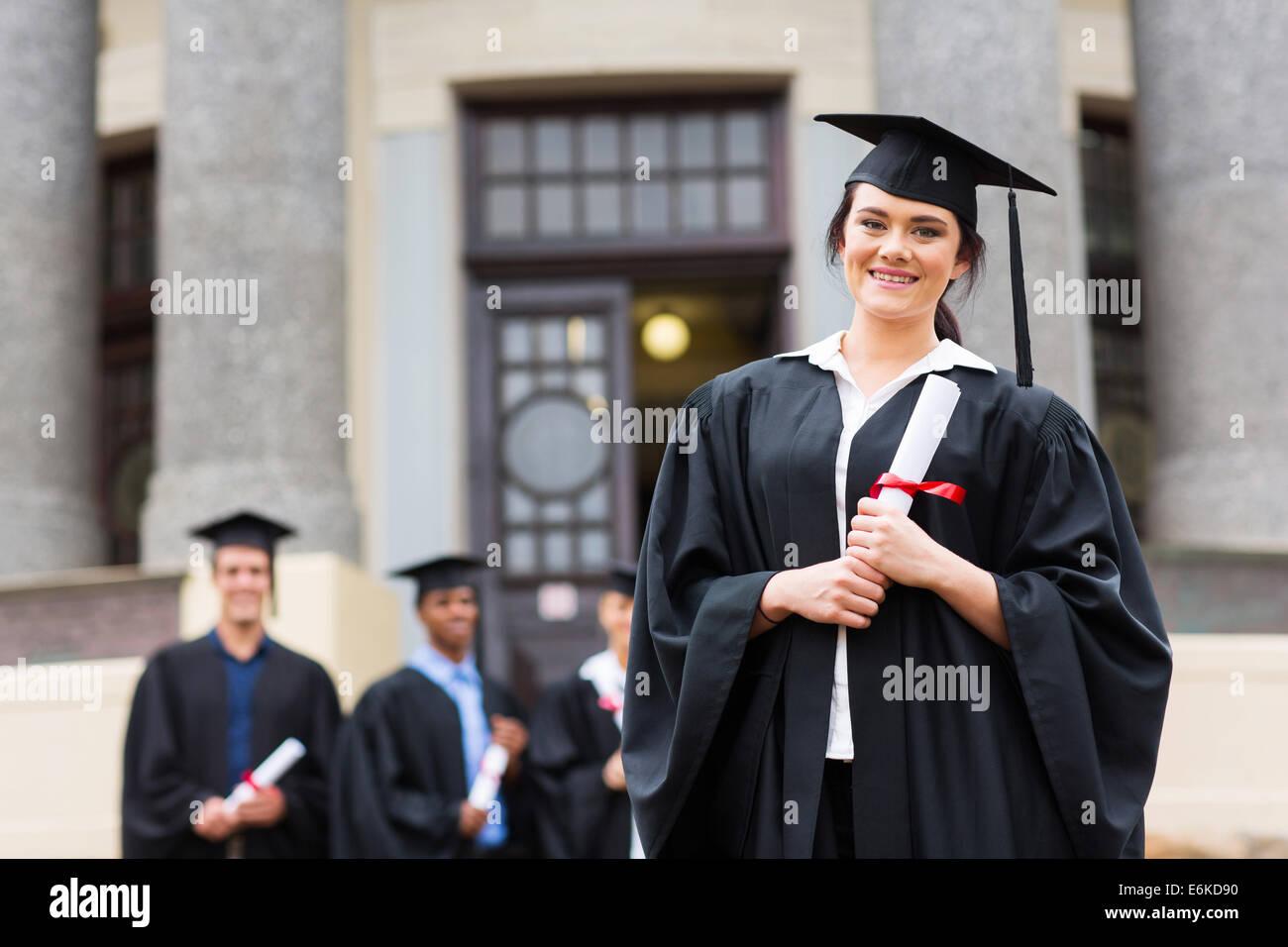 Ritratto di bella femmina graduate indossando abito di laurea presso il  college graduazione b5400d146d16