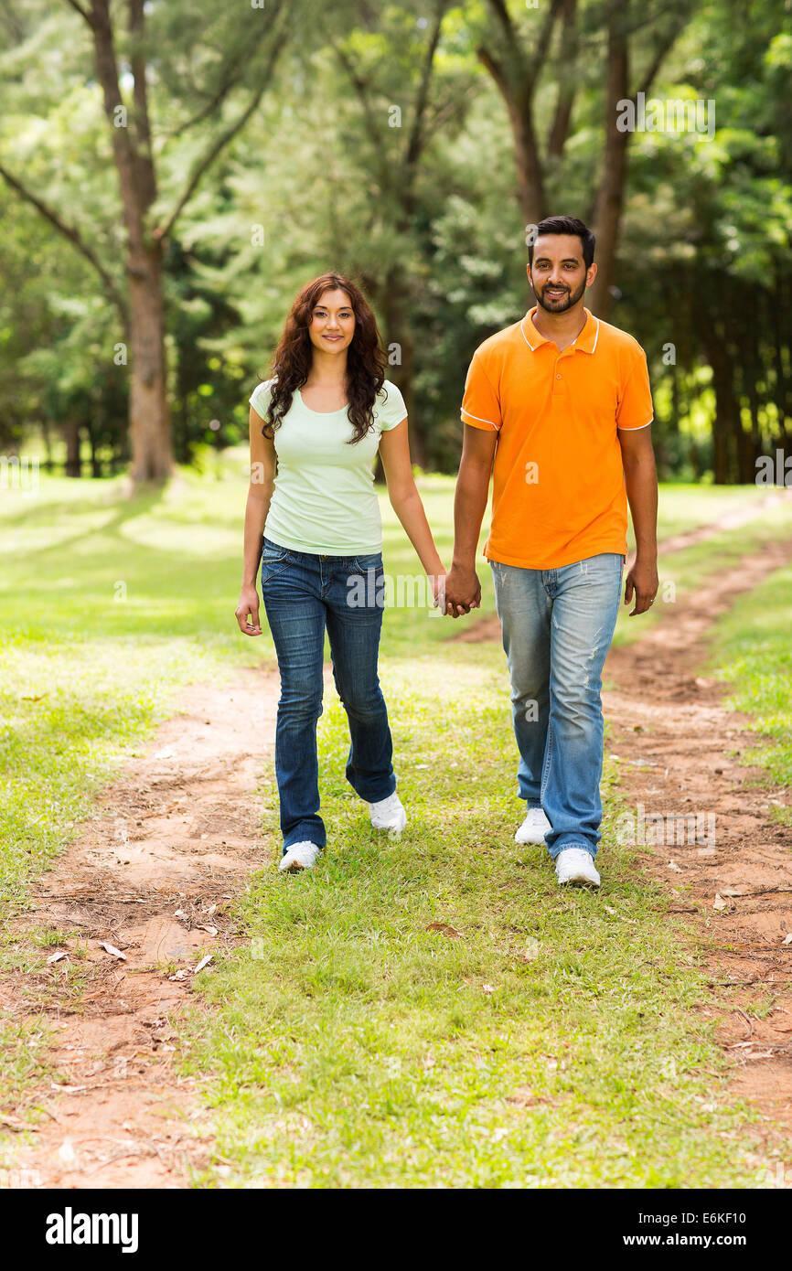 Giovane e bella coppia indiano passeggiate all'aperto Immagini Stock