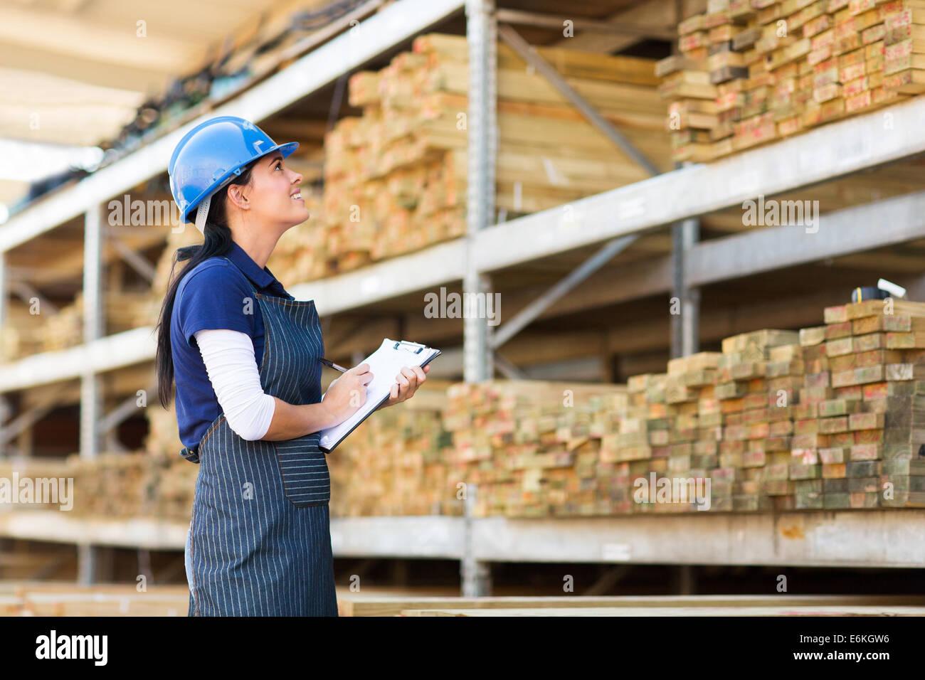 Bellissima femmina lavoratore di inventario in magazzino Immagini Stock