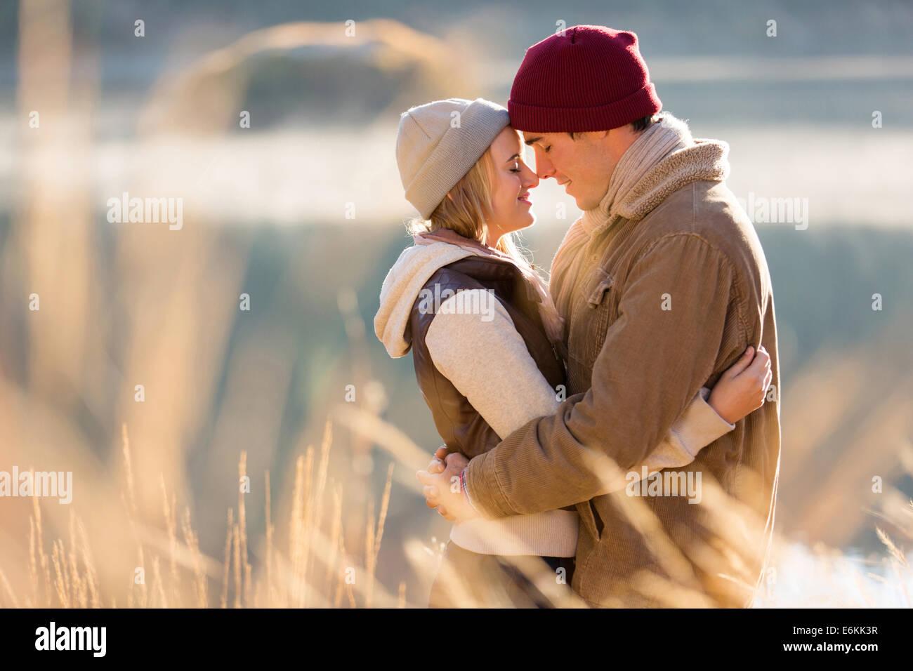 Amorevole coppia giovane in autunno mattina dal fiume Immagini Stock
