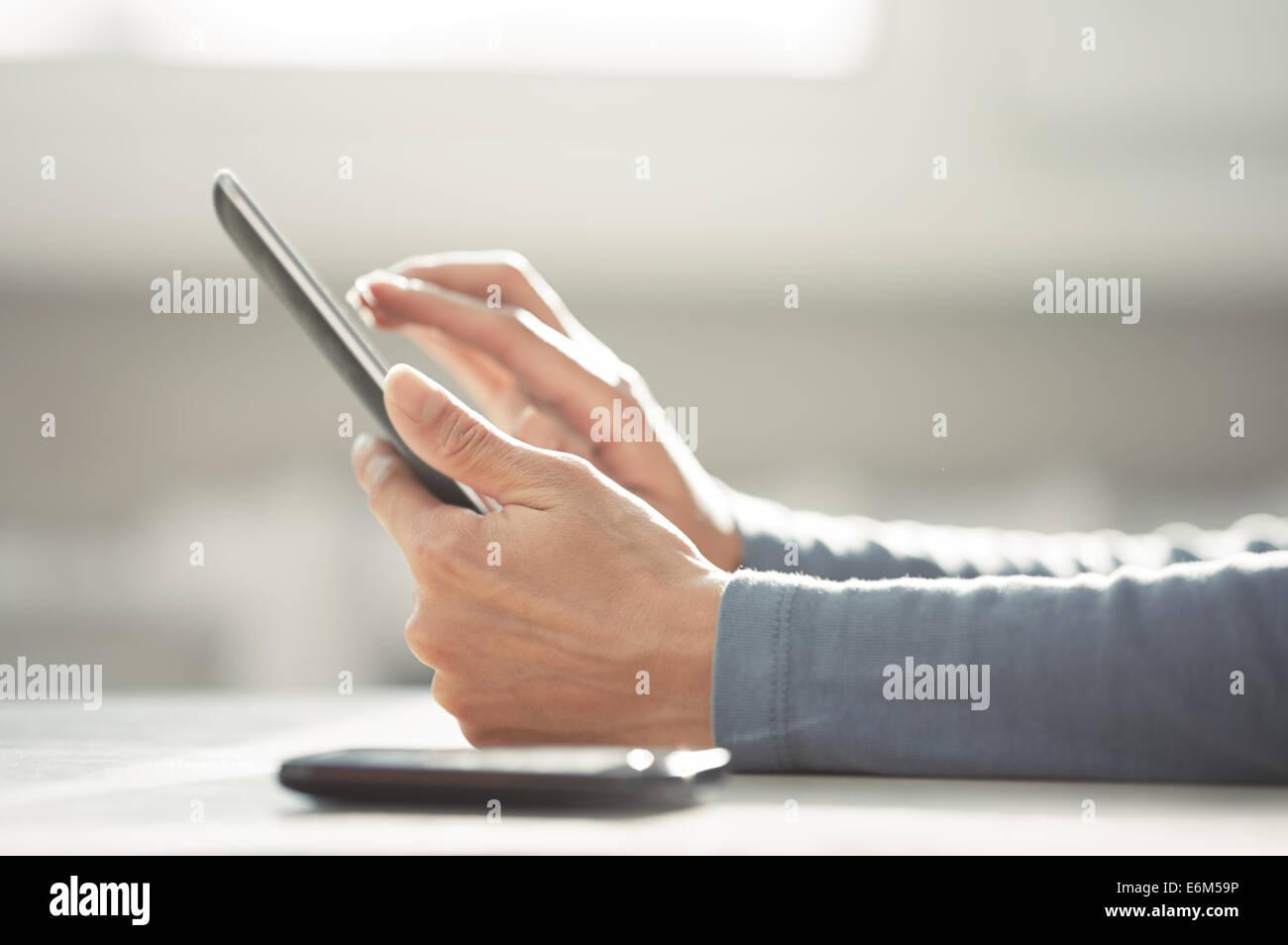 Le mani della donna che lavorano con tavoletta digitale Immagini Stock