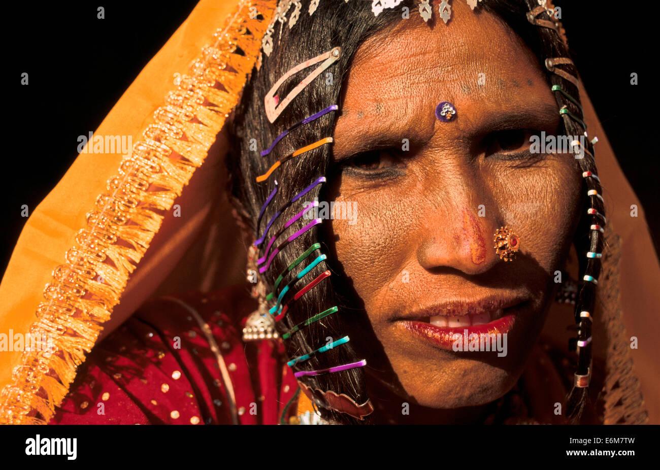 Tradizionalmente Vestiti donna indù che vivono nel deserto di Thar. Ella appartiene a una casta bassa ( India) Immagini Stock