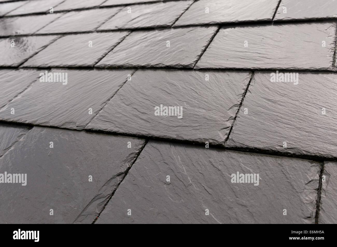 Pioggia umida ricoperta di nuove piastrelle di ardesia prevista in