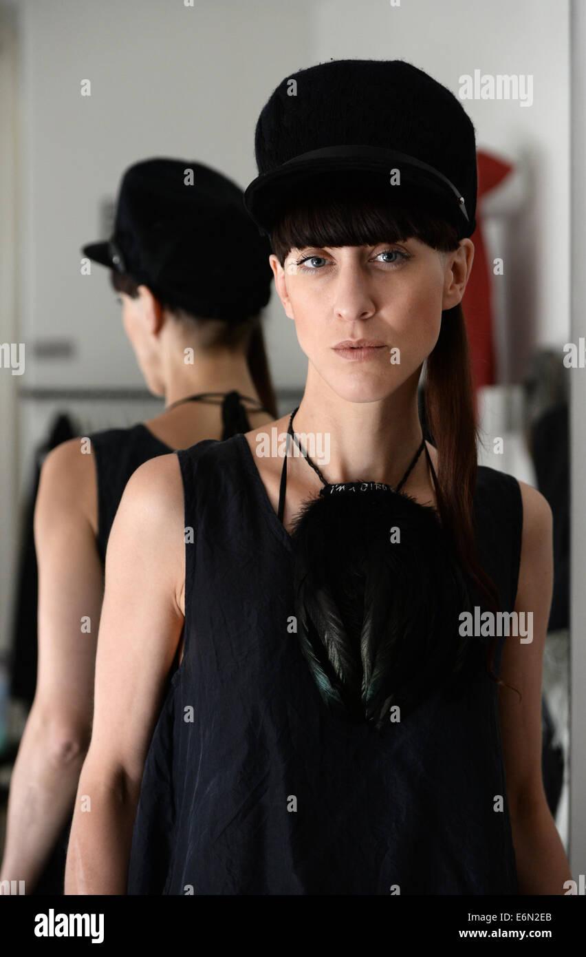 Esclusivo - Berlin fashion designer Esther Perbandt è raffigurato nel suo  studio su Almstadtstrasse a Berlino 4a070fb5180