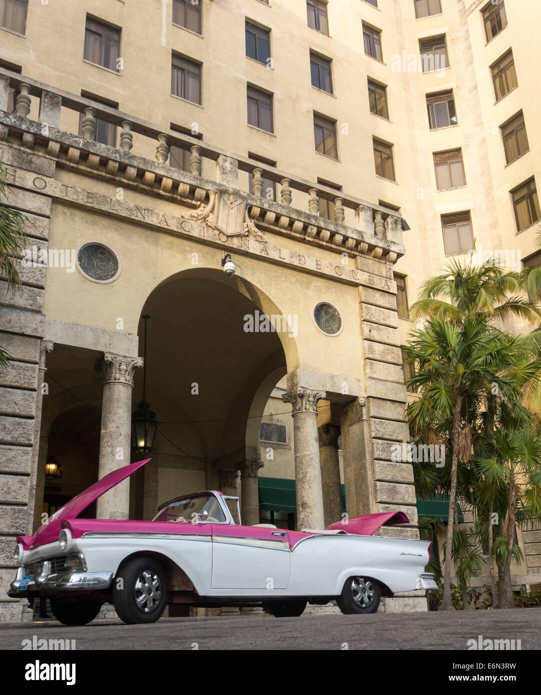 Vecchia degli anni cinquanta Ford Fairlane 600 auto, l'Hotel Nacional de Cuba, La Habana, Cuba Immagini Stock