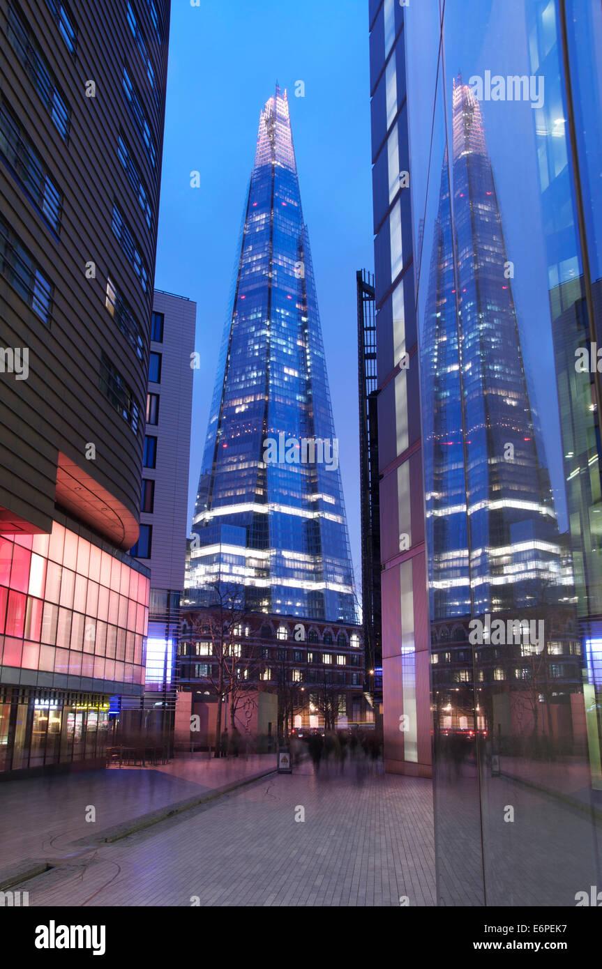Luci Al Neon Per Ufficio.La Shard Riflettendo Nelle Finestre Dei Moderni Edifici Per Uffici