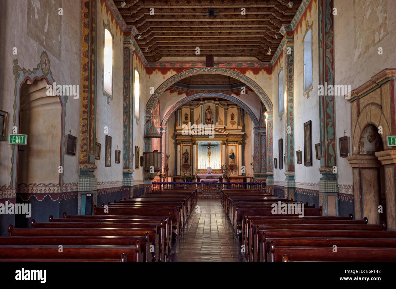 Navata con altare principale, la Missione di San Luis Rey de Francia, Oceanside, California, Stati Uniti d'America Immagini Stock