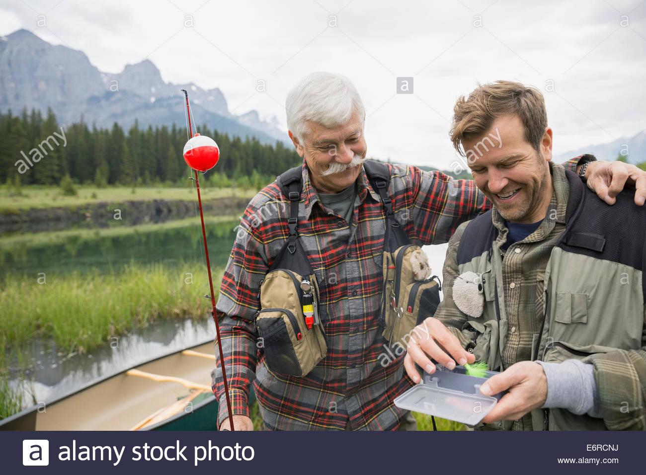 Padre e figlio esaminando la pesca Immagini Stock