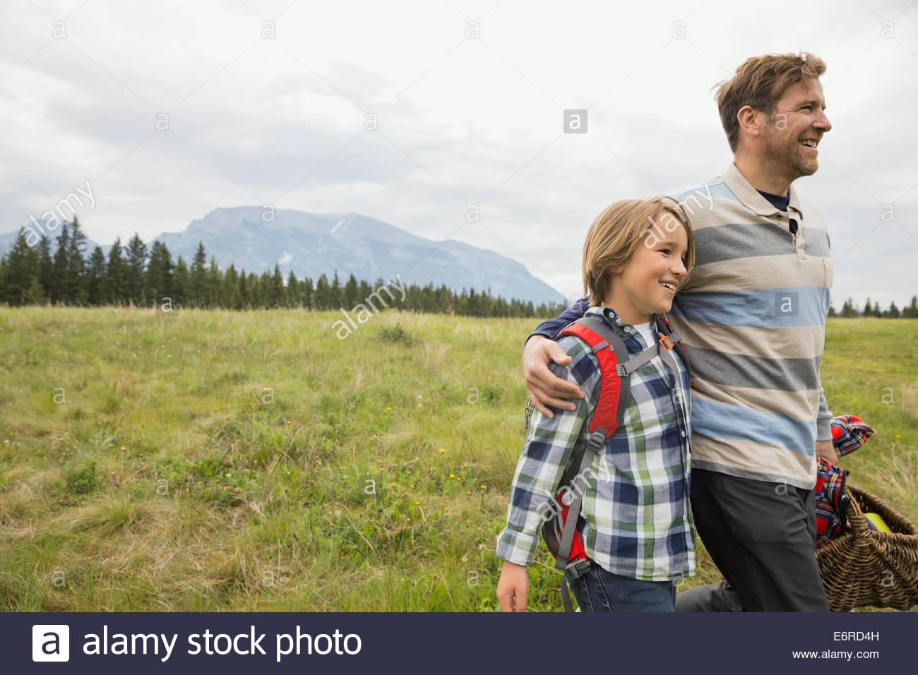 Padre e figlio avente picnic in campo rurale Immagini Stock