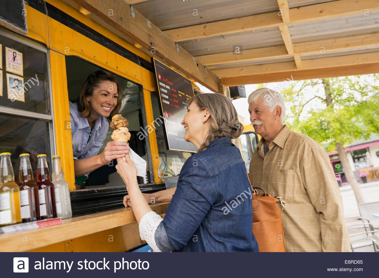 Coppia di anziani acquisto di gelato alimentare al carrello Immagini Stock