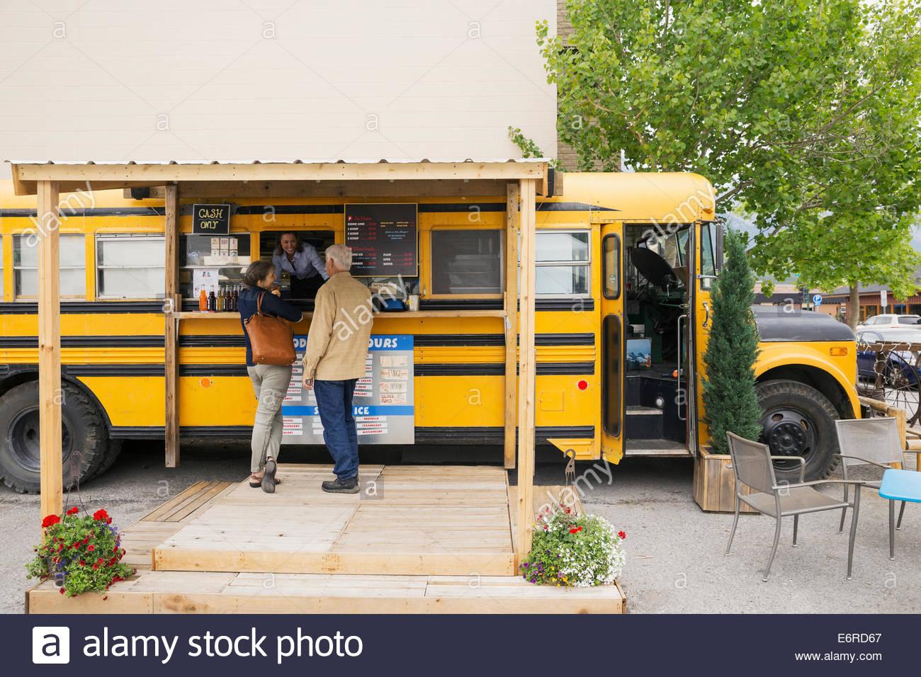 Coppia di anziani ordinazione presso il cibo carrello Immagini Stock