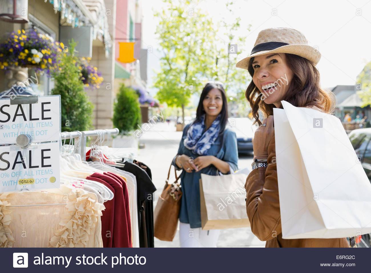 Le donne lo shopping sulla strada del villaggio Immagini Stock
