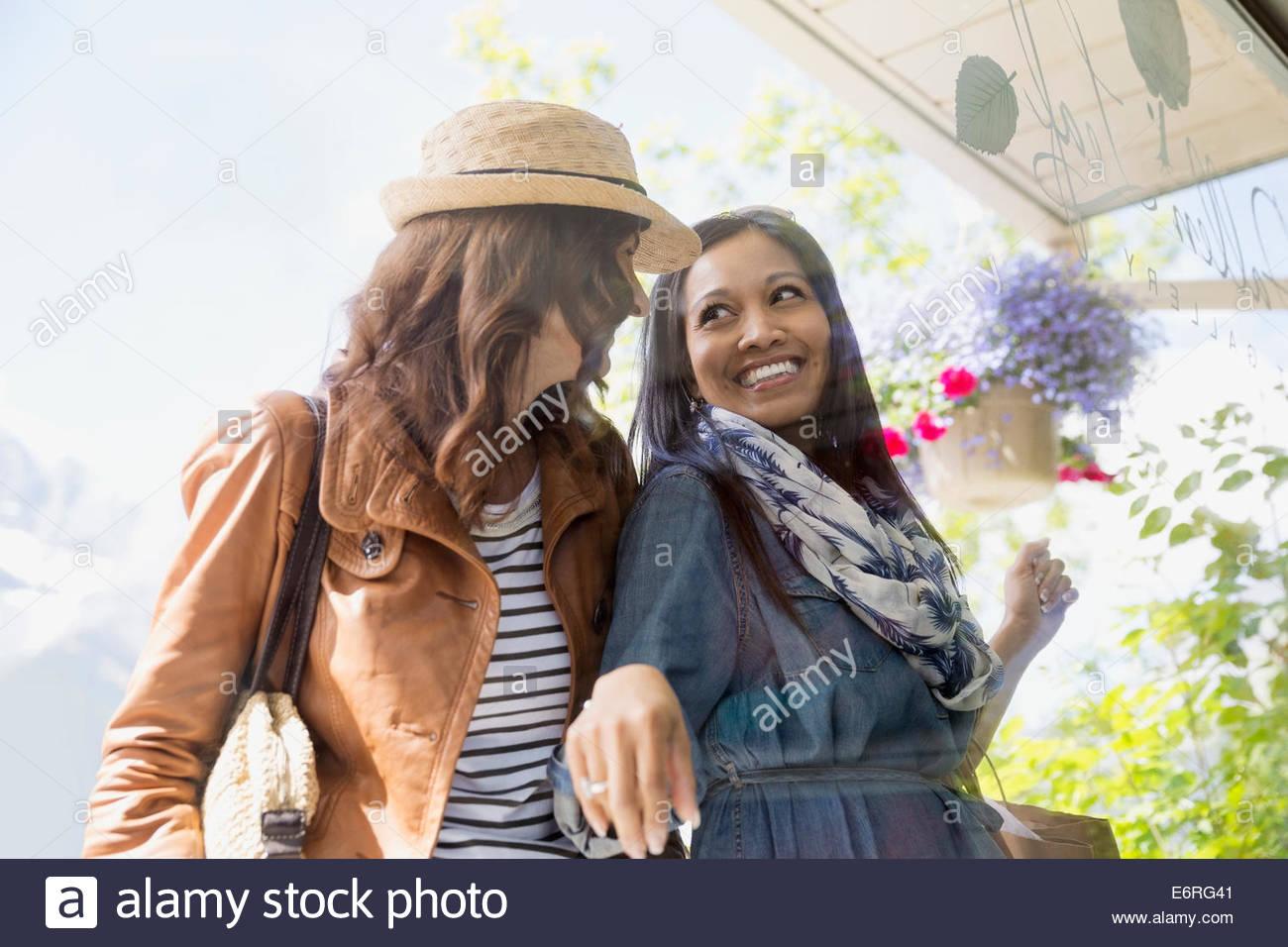 Le donne di window shopping sulla strada del villaggio Immagini Stock