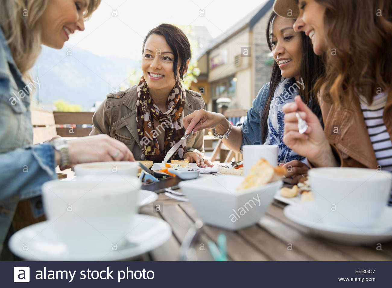 Le donne mangiare insieme al cafe Immagini Stock
