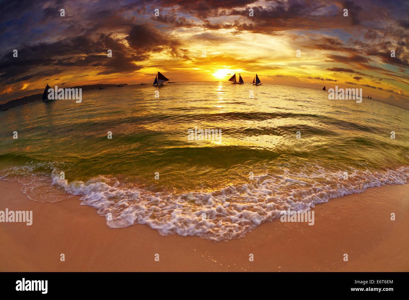 Spiaggia tropicale al tramonto, Boracay Island, Filippine, fisheye shot Immagini Stock