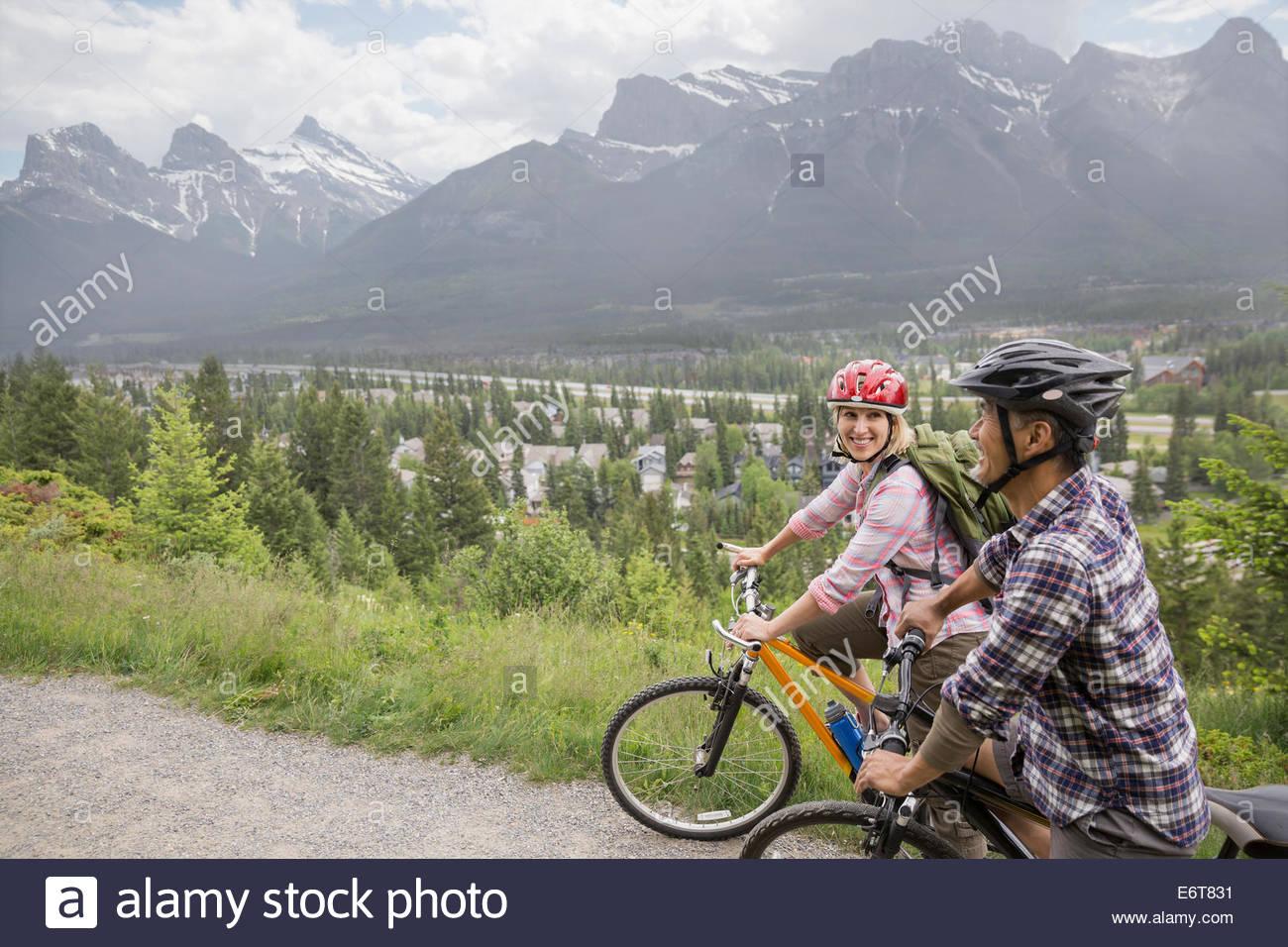 Matura in mountain bike sulla collina Foto Stock