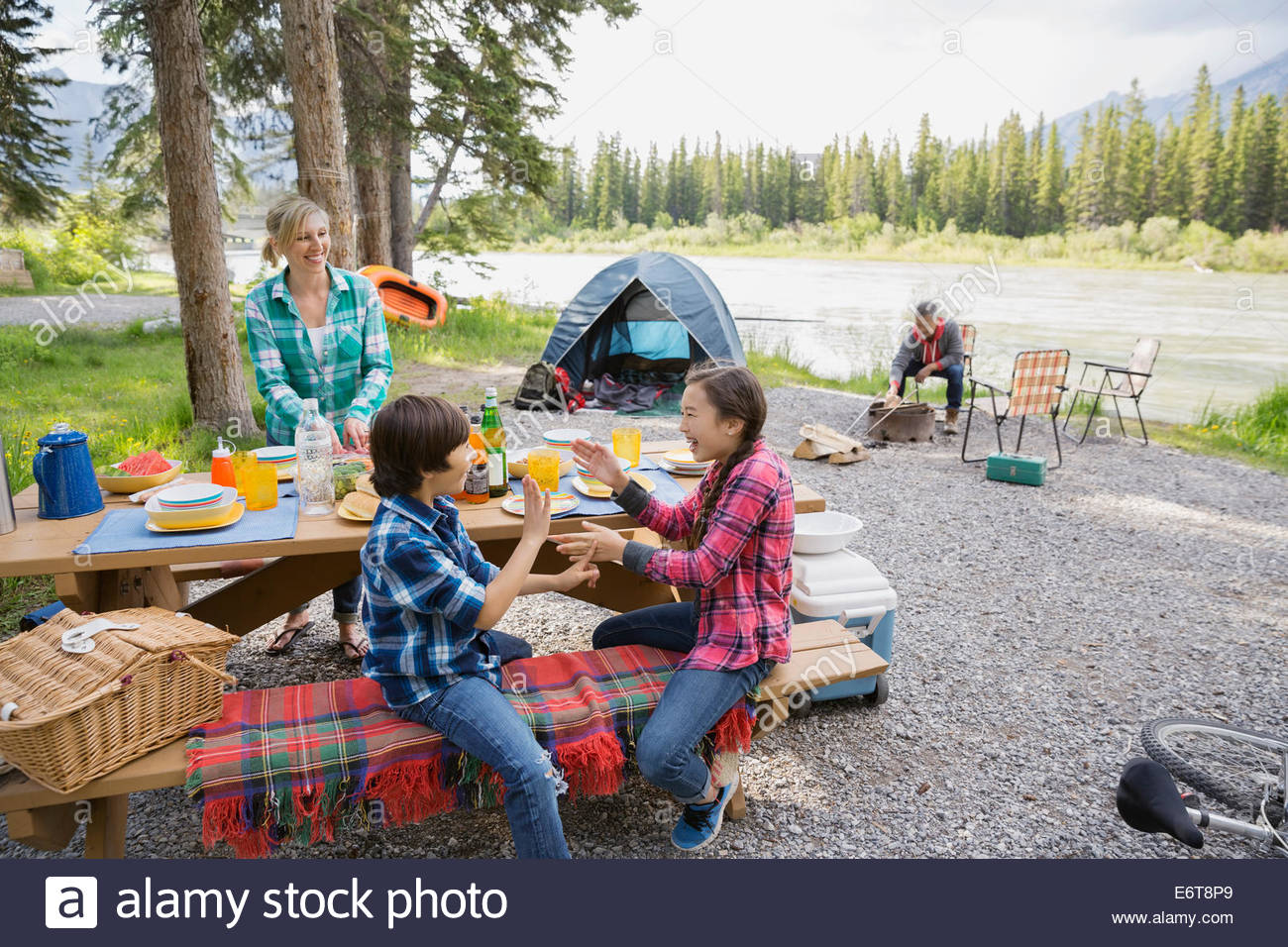 Famiglia rilassante insieme al campeggio Immagini Stock