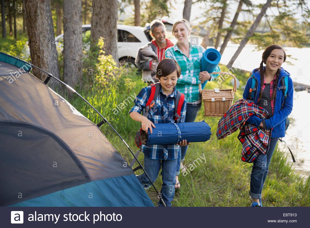 Famiglia di ingranaggio che porta al campeggio Immagini Stock