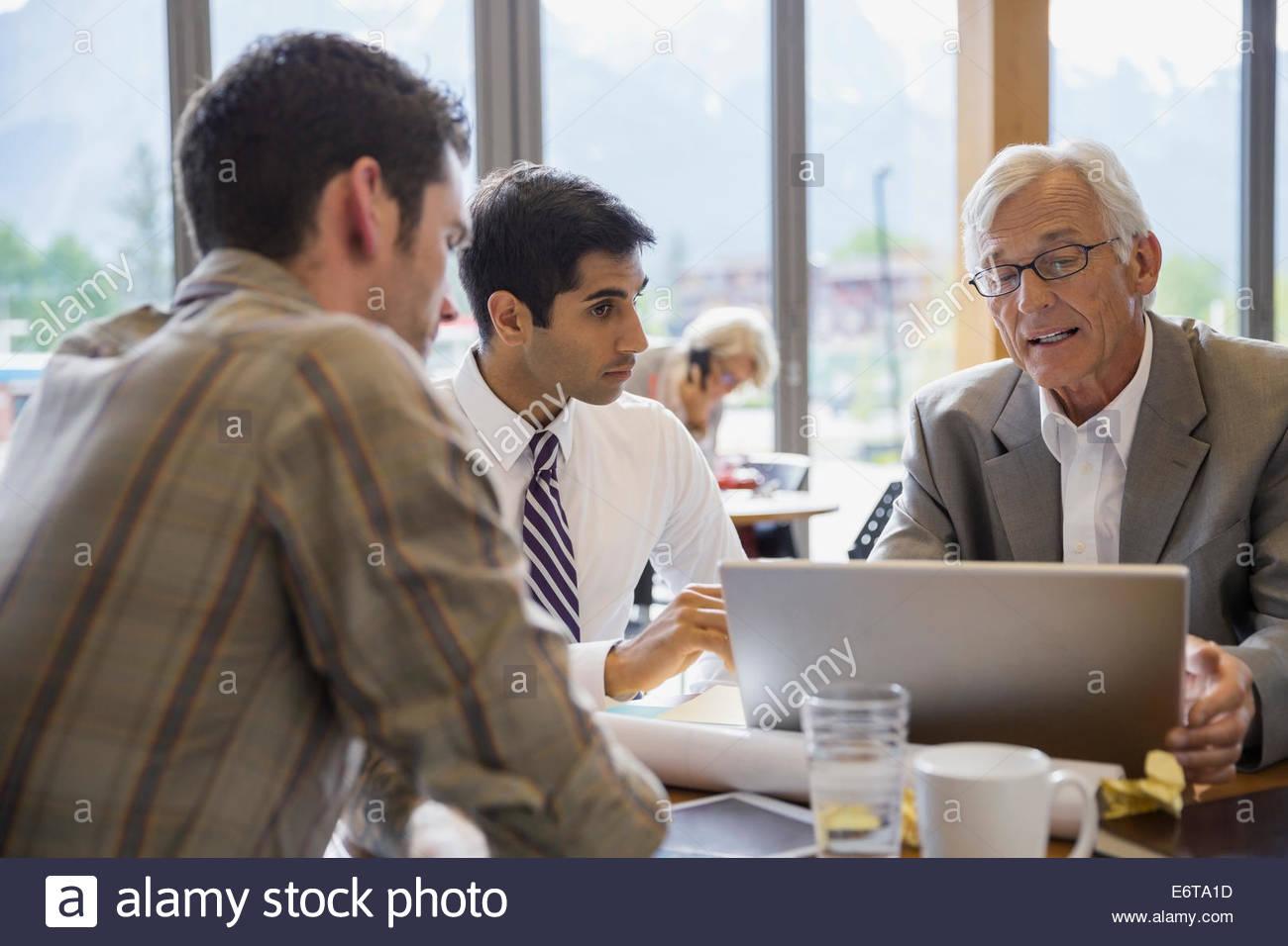 Imprenditori parlano in riunione Immagini Stock