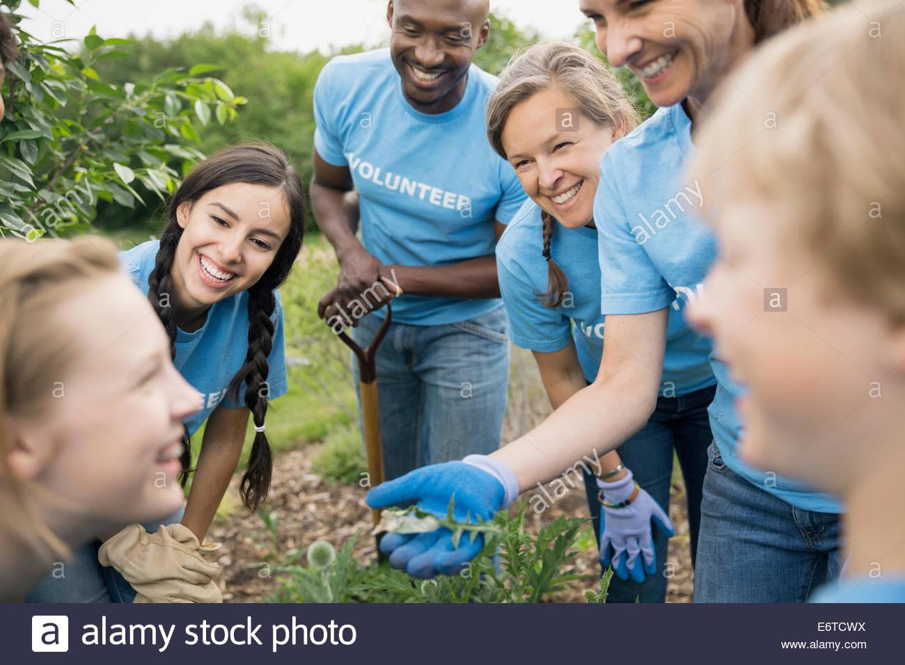I volontari di parlare in giardino Immagini Stock