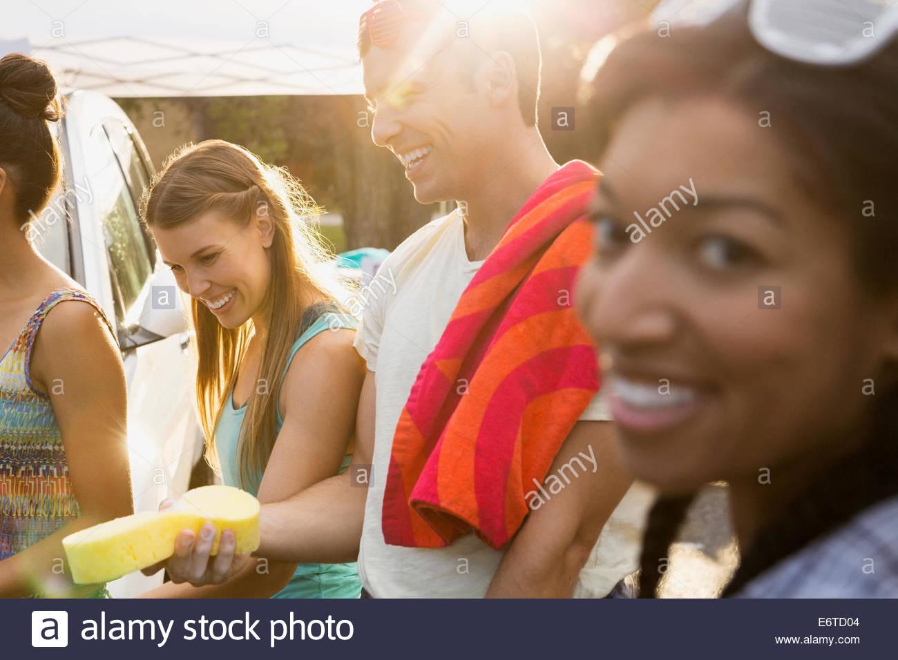 Ritratto di amici il lavaggio auto Immagini Stock