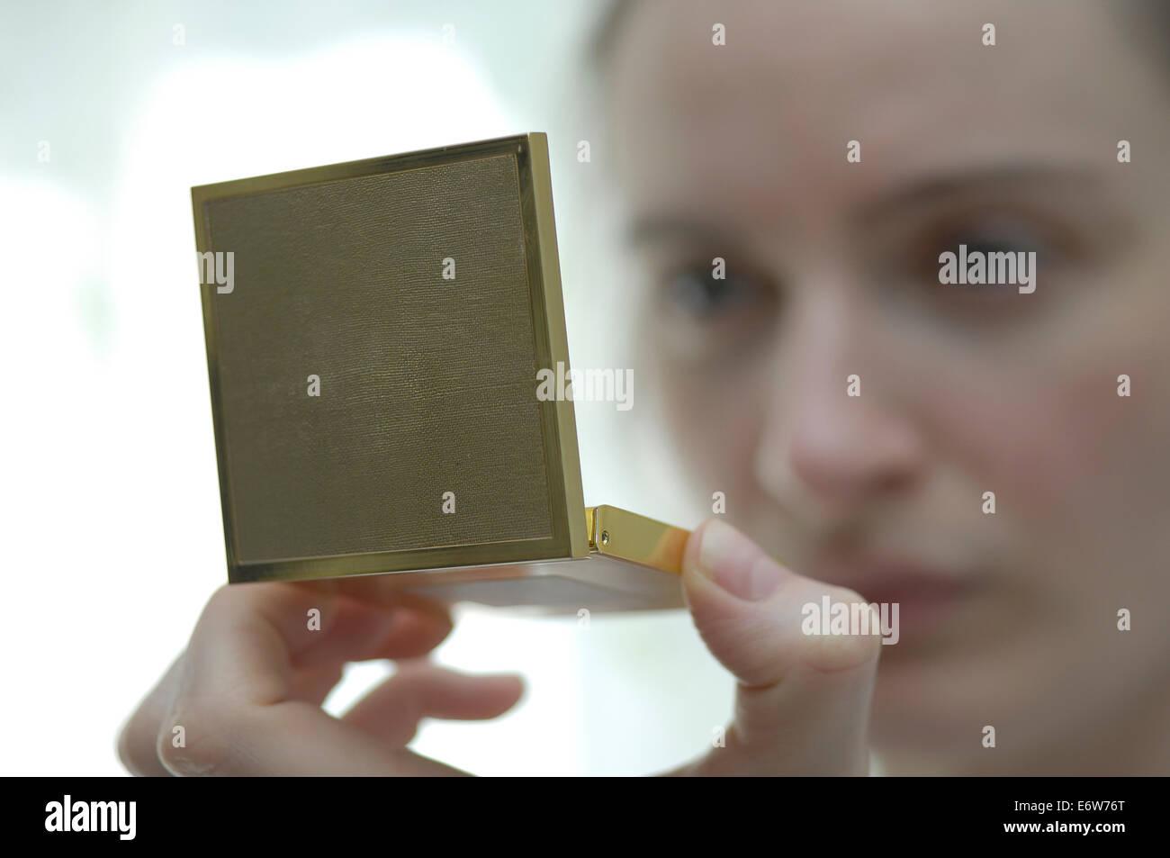 Donna con specchio a mano Immagini Stock
