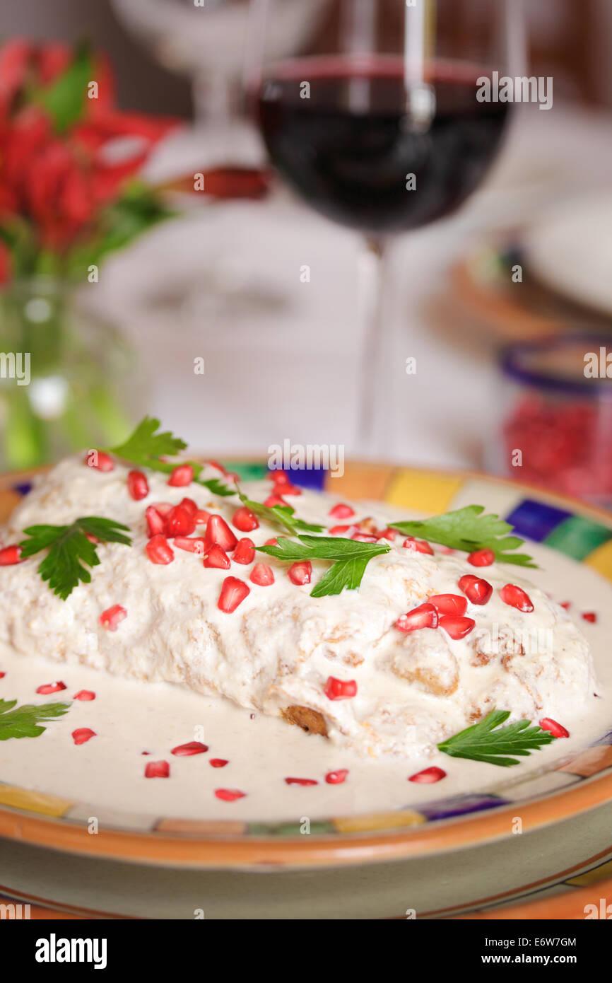 I semi di melograno decorare chiles en nogada, un piatto stagionale di Puebla, Messico. Immagini Stock