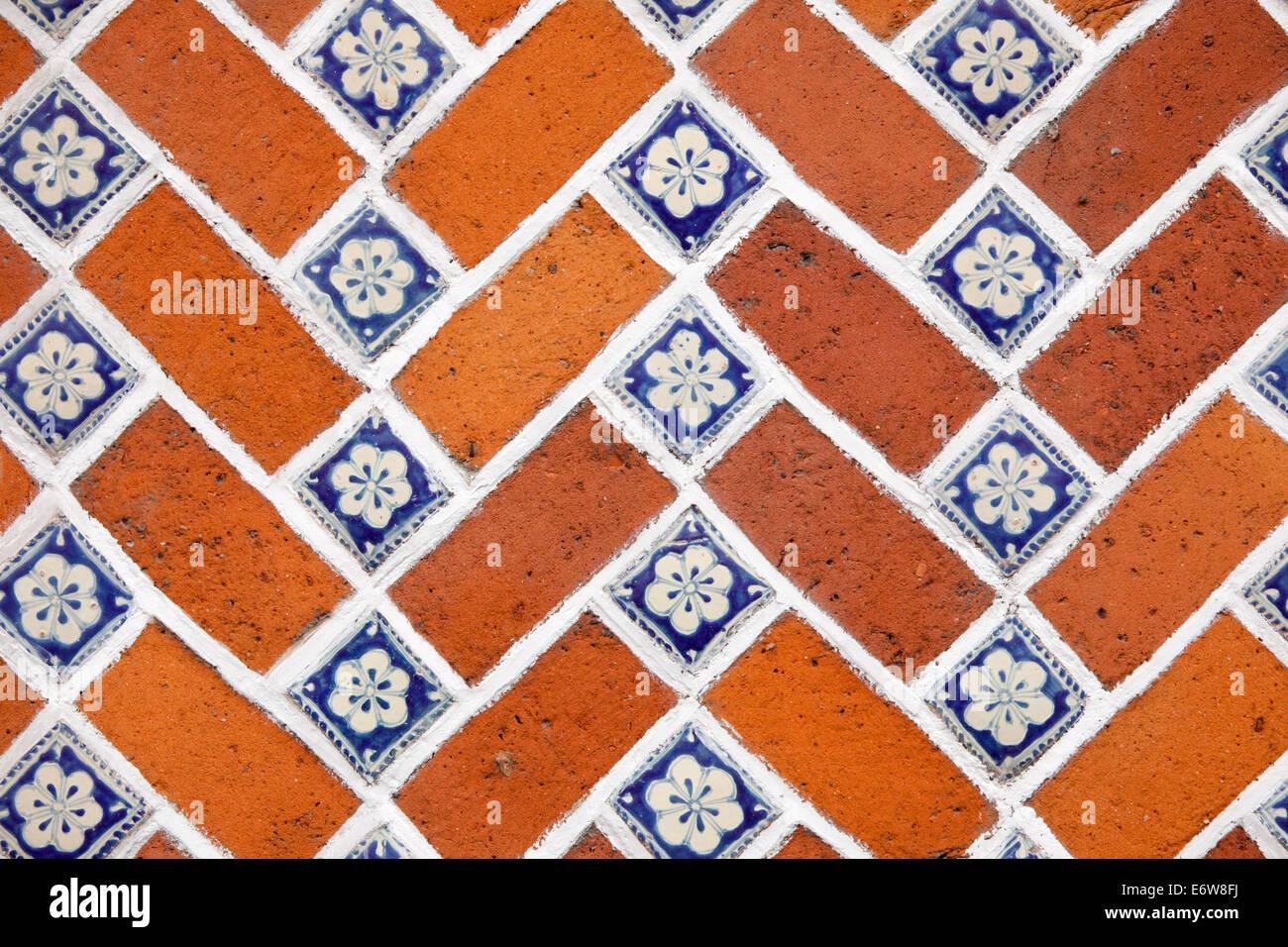 Dettaglio di una piastrella e un muro di mattoni a Puebla, in Messico. Immagini Stock