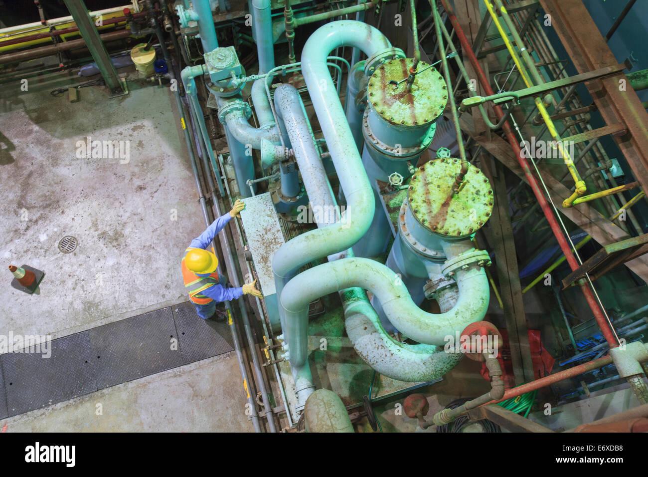 Ingegnere in turbine a gas di potenza elettrica impianto gas di scarico e il processo di condensazione camera rivedendo Immagini Stock