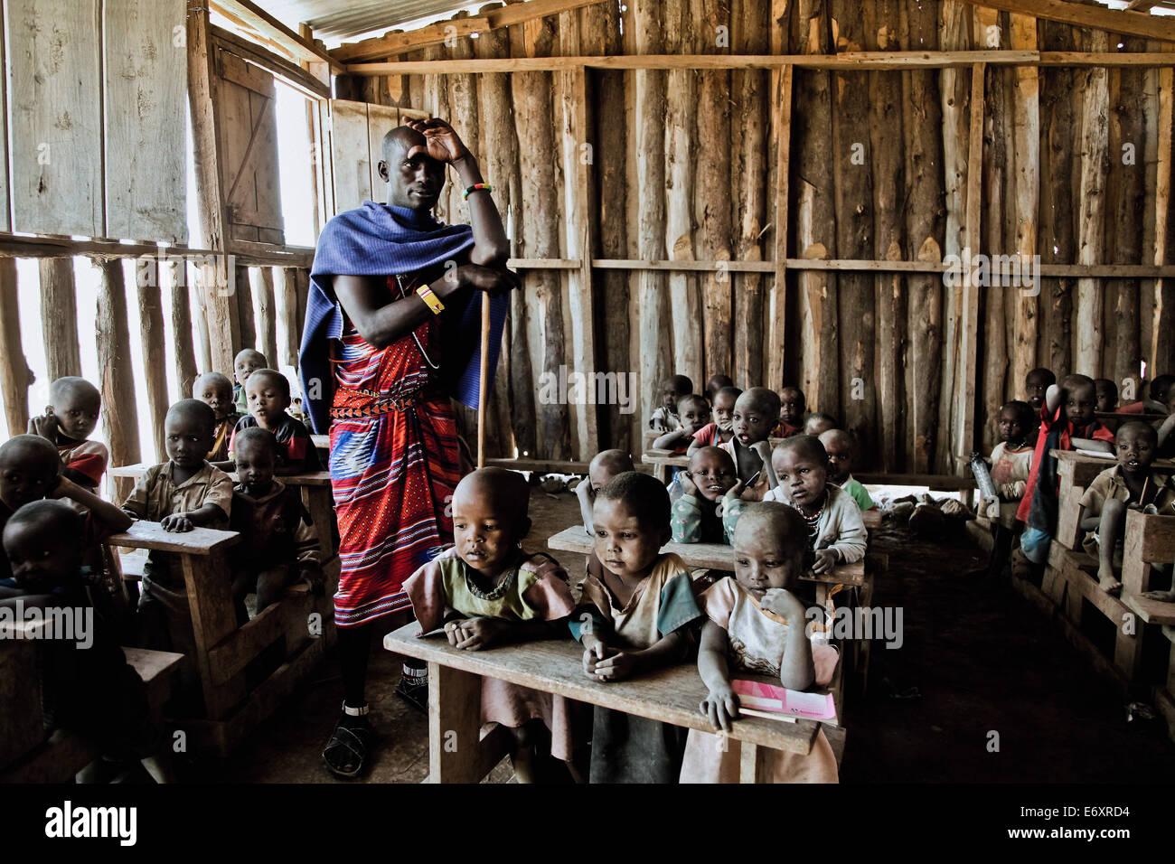 Bambini e insegnante in un Massai scuola di villaggio, Kenya, Africa Immagini Stock