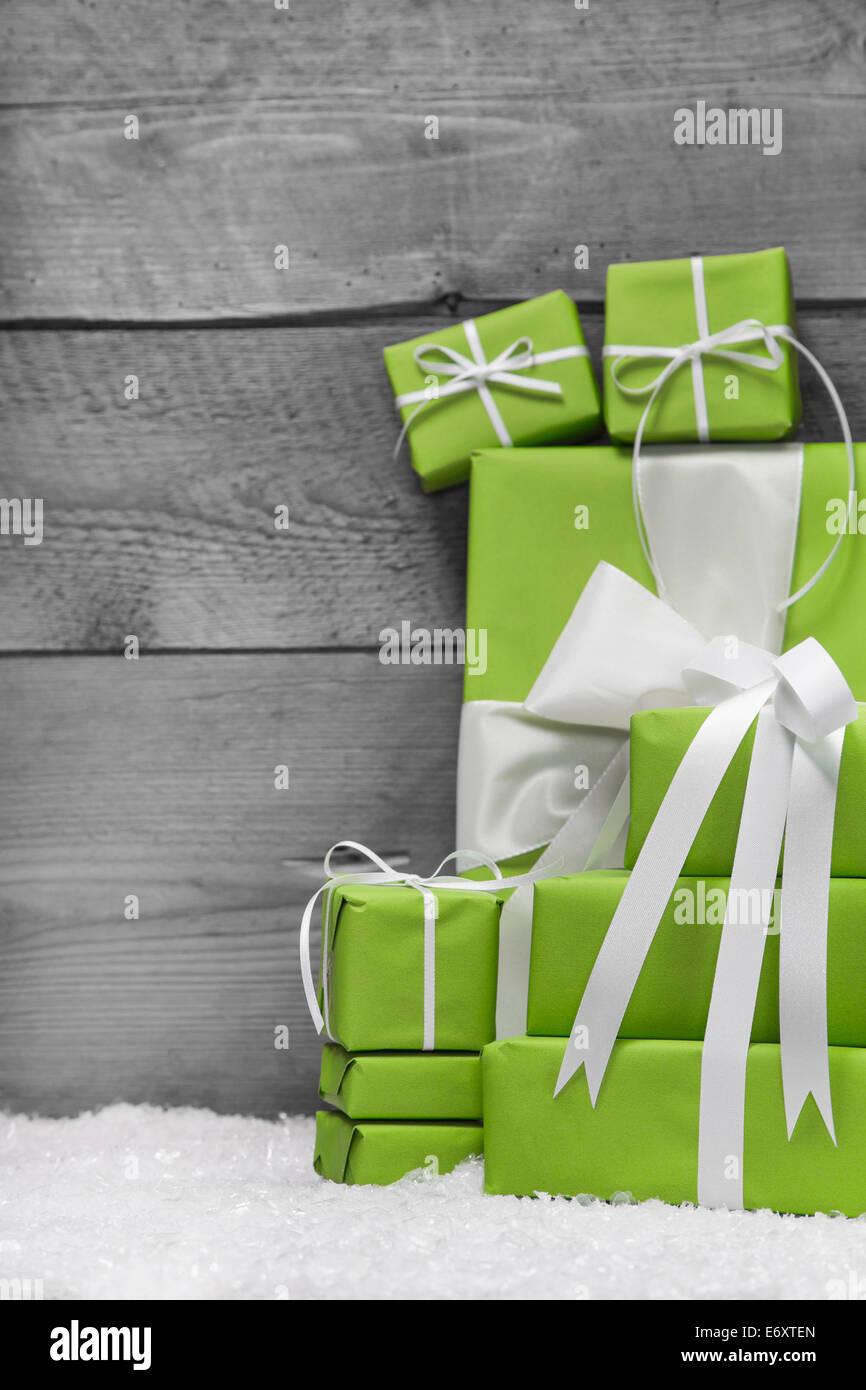 Green Regali Di Natale Sul Legno Grigio Shabby Chic Sfondo Di Legno
