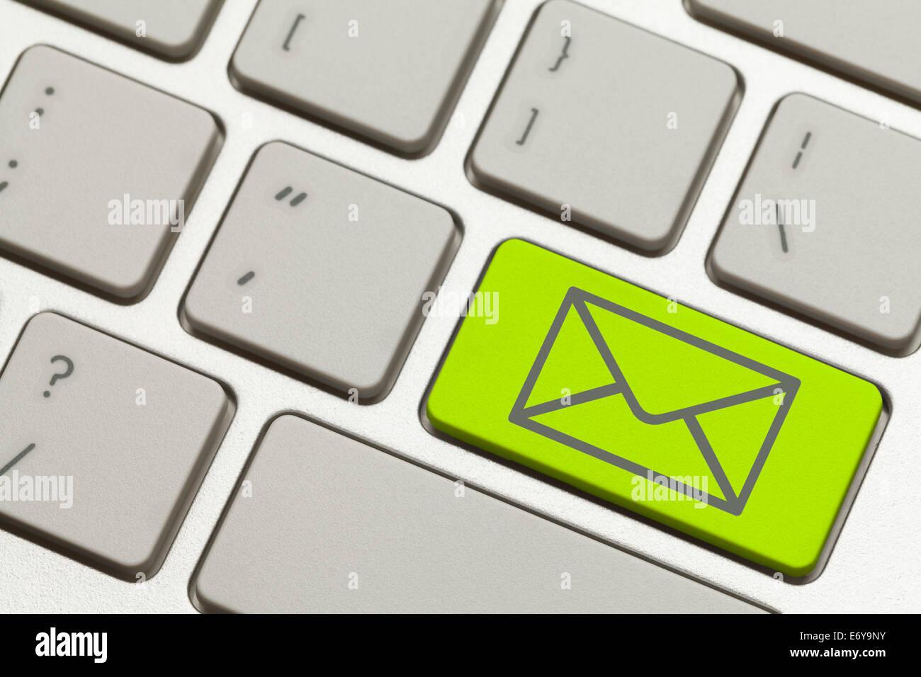 Close up verde busta posta elettronica chiave su una tastiera. Immagini Stock