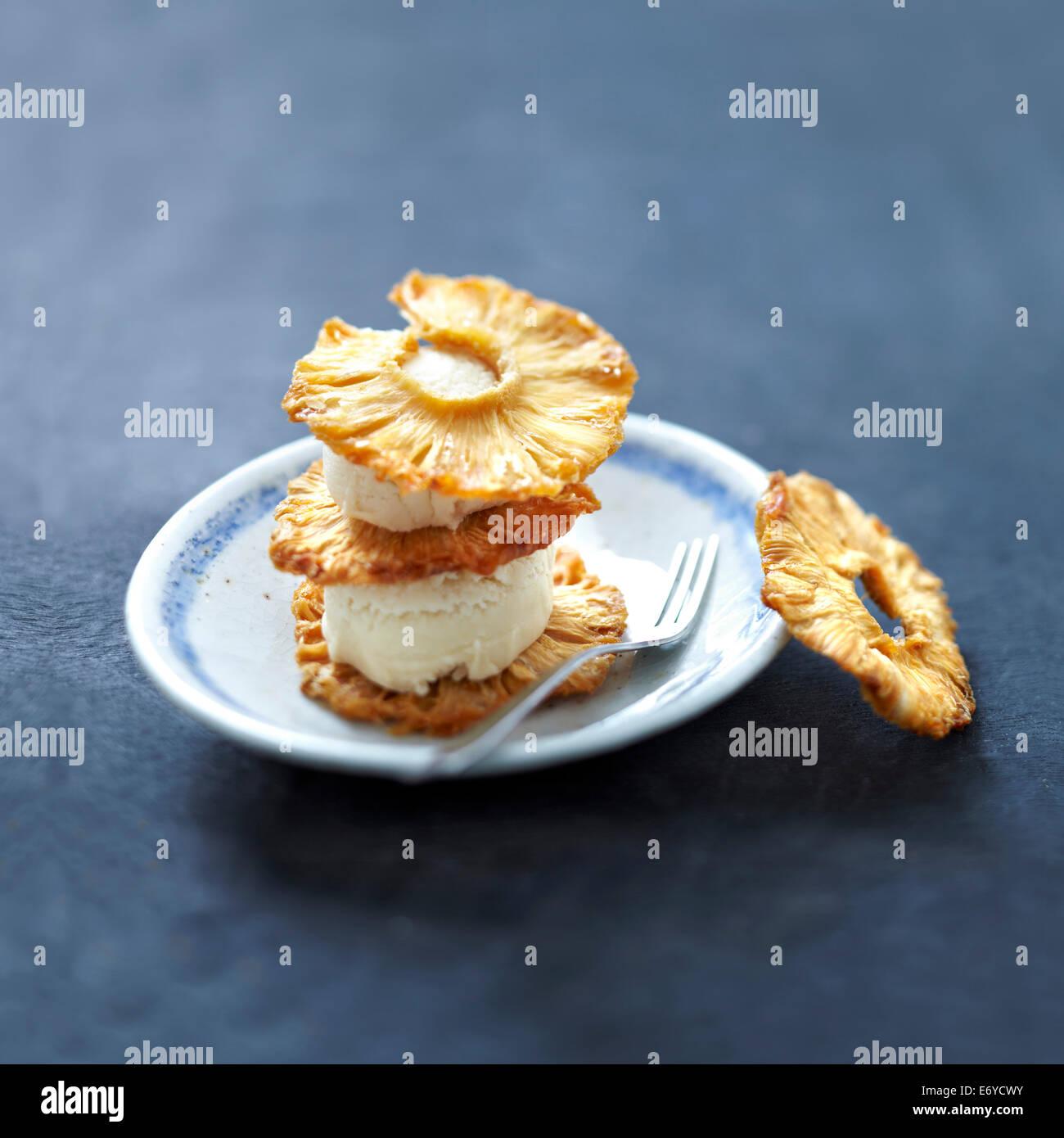 Tagliate a fette di ananas fritti e noce di cocco gelato dessert Immagini Stock