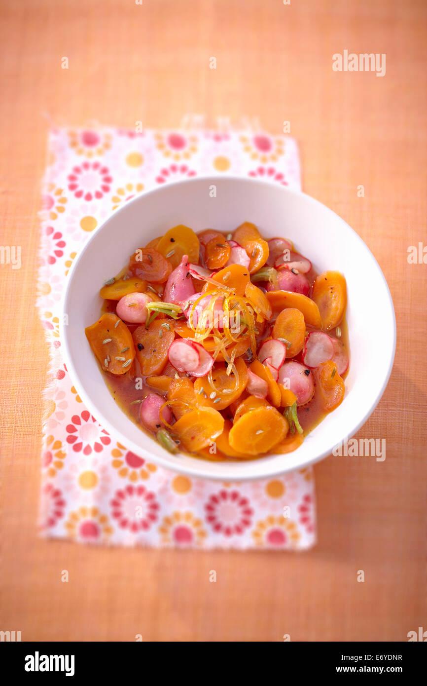 Il dolce e il salato di carote e ravanelli in uva sciroppo di frutta insalata Foto Stock