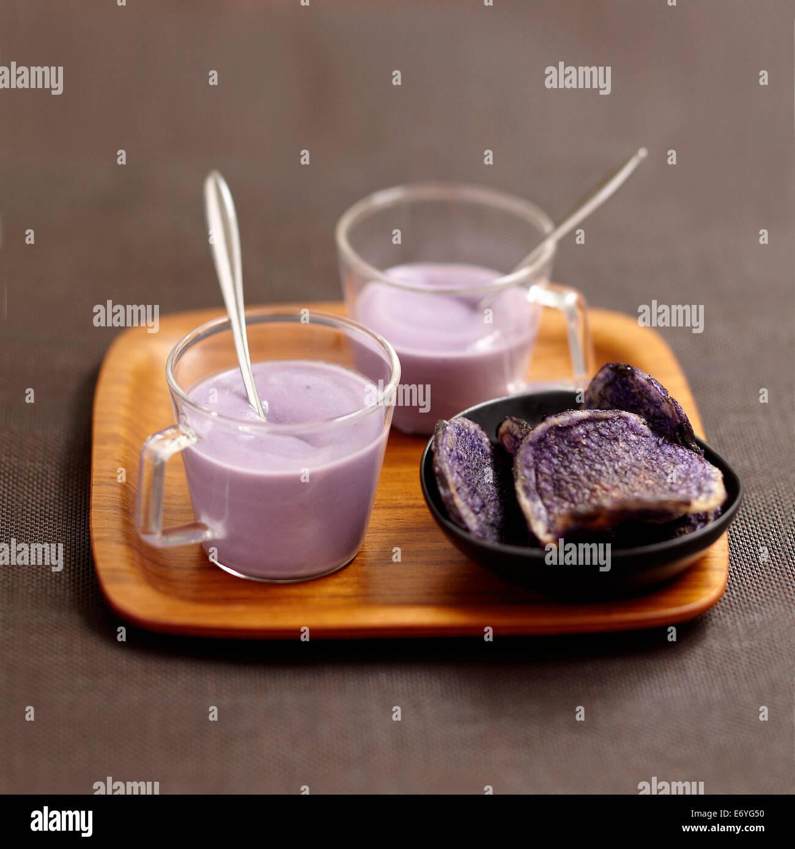 Crema di Vitelotte minestra di patate e patatine Vitelotte Foto Stock