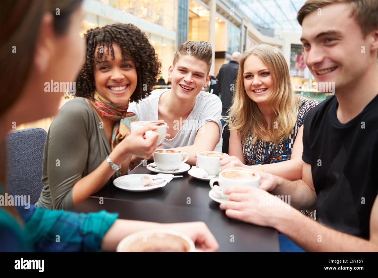 Un gruppo di giovani amici riuniti in Café Immagini Stock