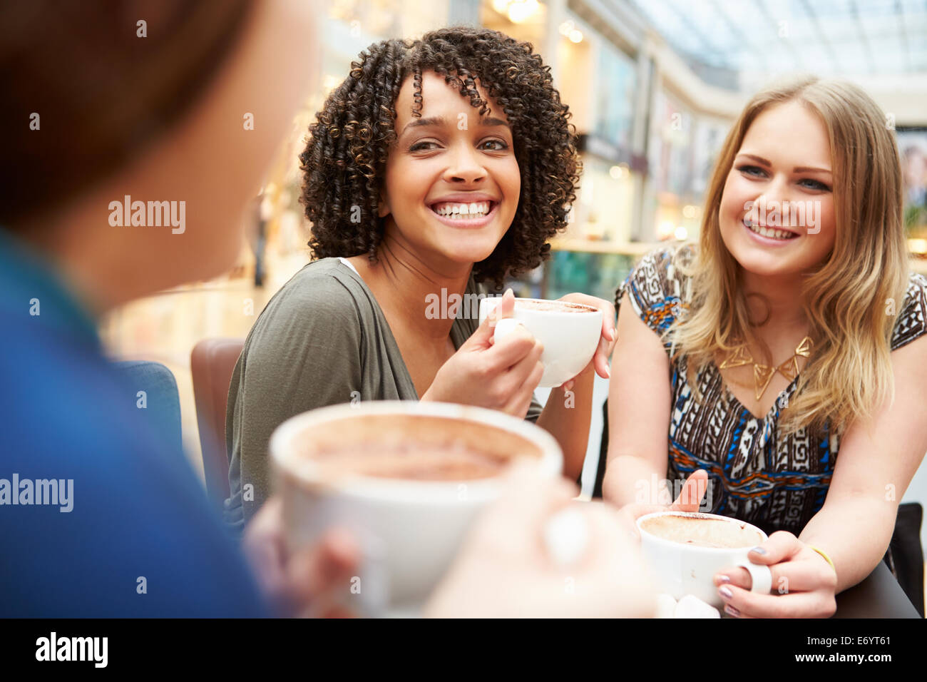 Un gruppo di giovani amici di sesso femminile incontro nel Café Immagini Stock