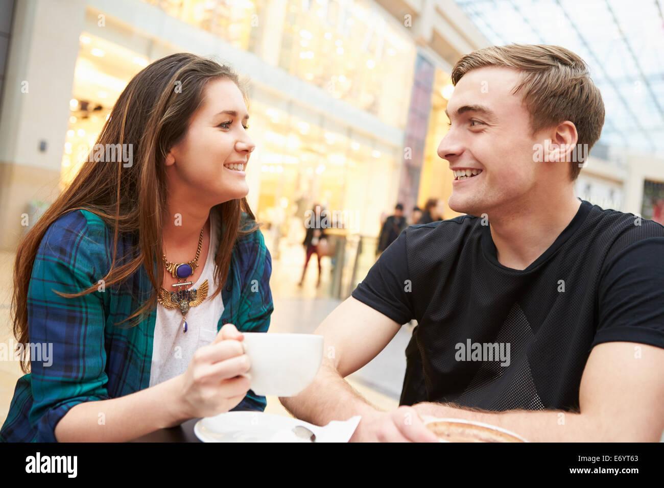 Coppia giovane incontro sulla data nel Café Immagini Stock