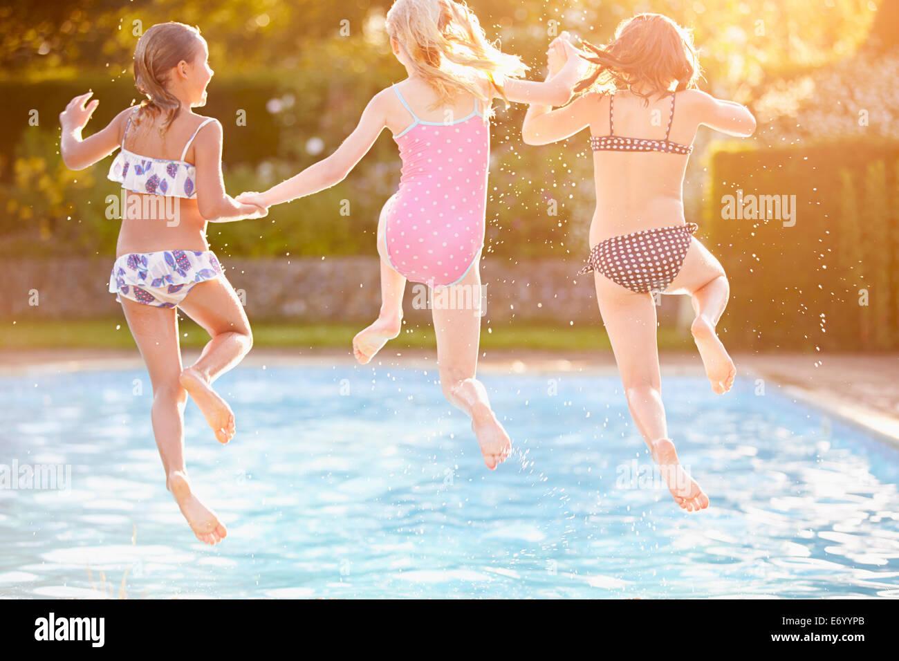 Un gruppo di ragazze a giocare in Piscina esterna Immagini Stock