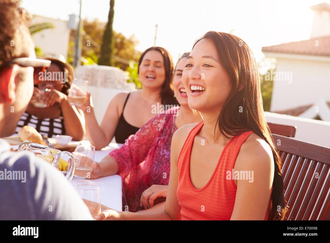 Giovane godendo dehor estivo cena con gli amici Immagini Stock